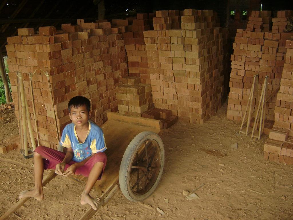 Wawan siap dengan gerobak kecil yang ia gunakan untuk menarik batu